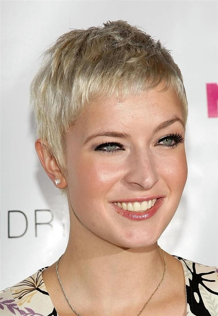 Very-Short-Hairstyles-Women-Haircut-for-Long-Face