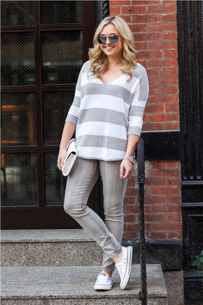 casual-weekend-outfit-oversized-striped-sweater-grey-jeans-converse