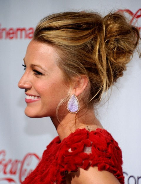 Blake-Lively-Long-Hairstyle-Messy-Updo-without-Bangs