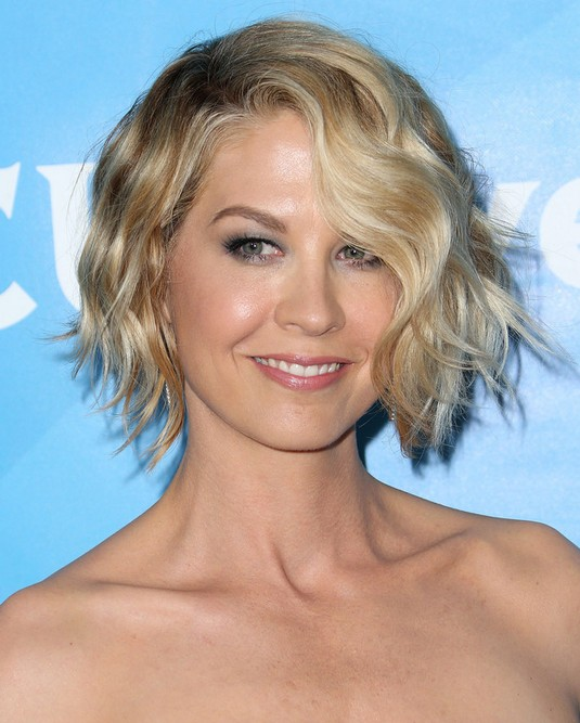 Celebrity-Short-Hairstyles-Jenna-Elfman-Short-Wavy-Haircut