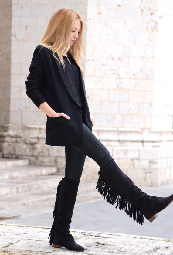 black-outfit-with-long-blazers